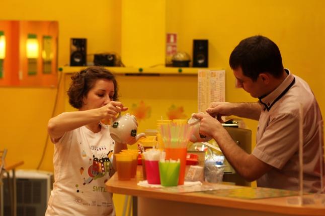 После сдачи крови доноры могли выпить чаю и полакомиться сладостями