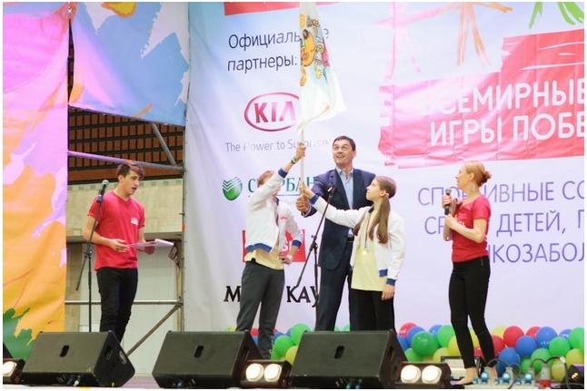 Александр Попов вместе с победителями Игр прошлого года выносит флаг Игр
