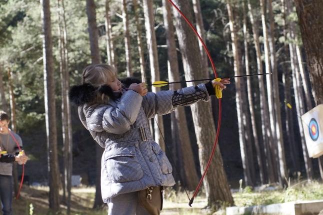 Саша стреляет из лука