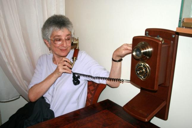 Со старинным телефоном