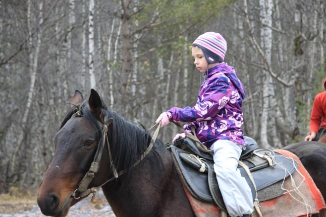 Соня катается на лошадках