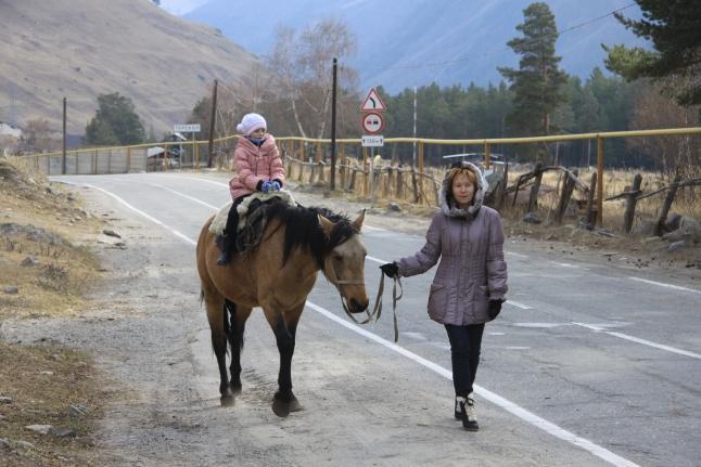 Соня катается на лошадке