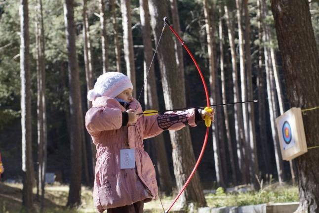 Соня стреляет из лука