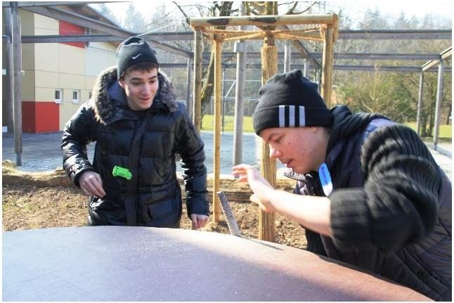 Лесные Пираты-2011, Ваня Чернов и Саша Храмцов мастерят стол