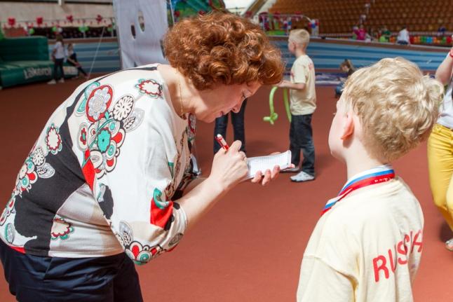 Ольга Семенова дает автограф