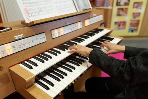 На органе можно играть руками...