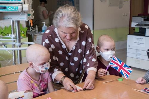 В изготовлении флага Великобритании приняли участие и взрослые