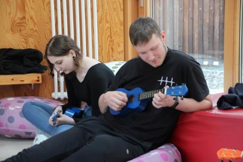 Катя и Рома осваивают укулеле