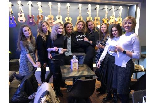 «Безумное чаепитие принцесс»: подруги из Москвы встретились в Укулелешной и устроили вечеринку «без корон» и дресс-кода