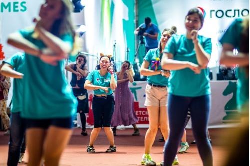 Танец вожатых, волонтеров и клоунов