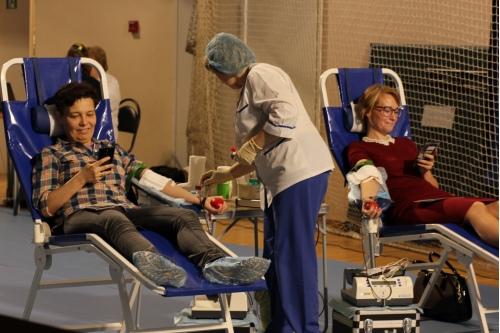 За компанию сдавать кровь веселее
