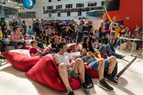 Зрители лежат, сидят, чатятся и стримят