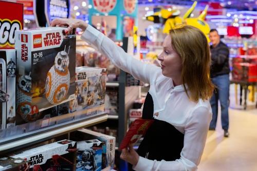 Жанна Эппле выбирает игрушку для наших подопечных