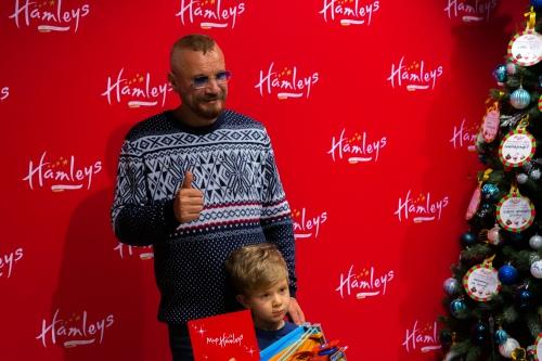 Андрей Ковалев слушает советы сына