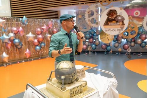 Ведущий Митя Хрусталев и праздничный торт