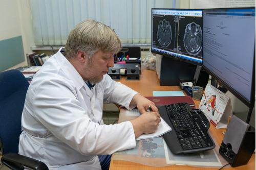 Под стеклом, на столе у Юрия Трунина, фотография его отца, известного нейрохирурга