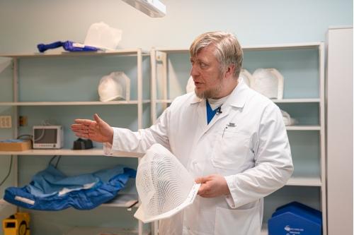 В руках у Юрия Трунина специальная маска, которая изготавливается для каждого пациента и используется во время процедуры