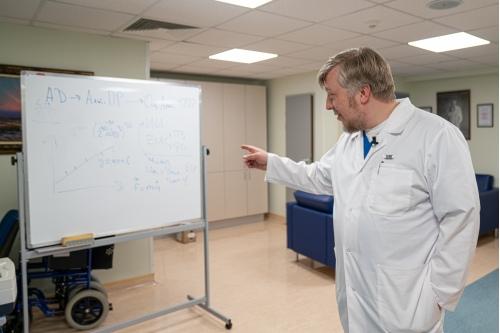На доске — физические формулы. Так выглядит стратегия эффективного лечения после разговора с физиком