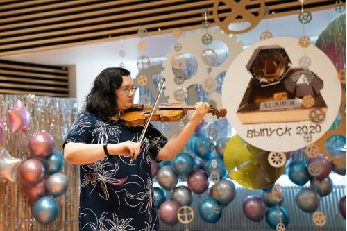 Мама Насти Кравцовой сыграла на скрипке
