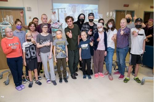 Фото на память: Риналь Мухаметов и ребята после просмотра фильма «Притяжение»