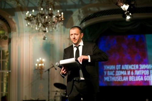 Остроумный конферанс Алексея Аграновича во время ведения аукциона помог собрать 720 тысяч фунтов стерлингов