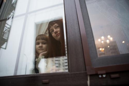 Ждут и смотрят в окно