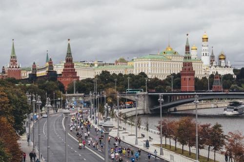 По набережной, мимо Кремля