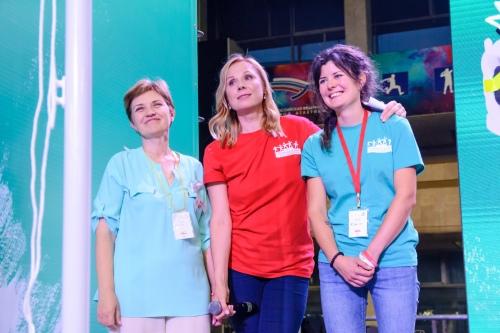 Дина Корзун с Еленой Матсапаевой и Ксюшей Кашеваровой, волонтеров, которые все десять лет участвуют в Играх