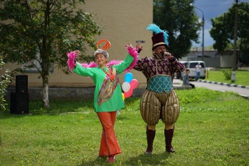 Красивые, яркие костюмы сразу же привлекли внимание даже самых маленьких детей