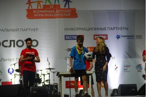 Екатерина Смольникова вручила мяч с автографами игроков российской сборной по футболу Тимофею Хохлову