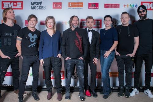Группа Би-2 с Екатериной Шерговой и Алиной Сапрыкиной