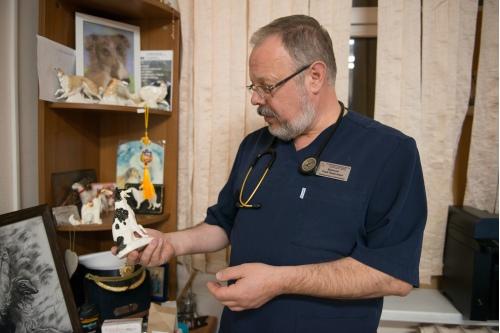 В кабинете Глеба Брюсова много подарков от маленьких пациентов, жизни которых реаниматологам удалось спасти