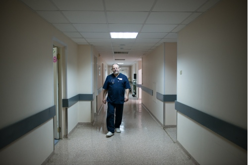 Глеб Брюсов идет по отделению, которое было открыто для родителей больше 10 лет назад