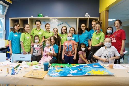 Волонтеры Bayer вместе с пациентами РДКБ в новой игровой комнате
