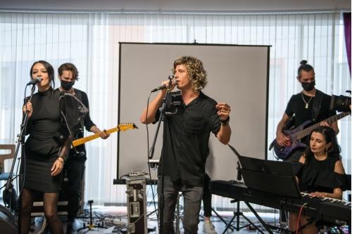 Егор Мускат и Black Velvet Band исполнили кавер-версии хитов 80-90 гг