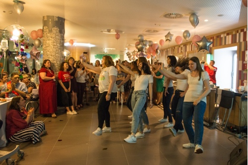 Волонтеры подготовили танец для выпускников