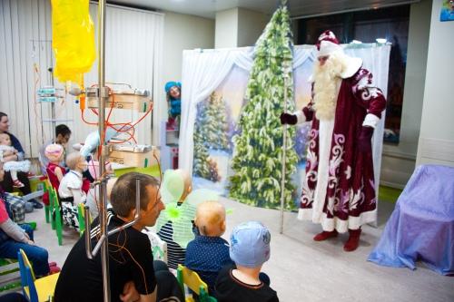 На новогоднее представление приходят все дети, которым можно покинуть палату