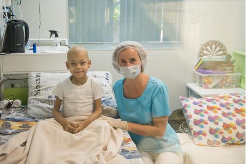 Пациенты Елены Скоробогатовой находятся в стерильных боксах, поэтому даже лечащий врач может войти внутрь только в маске