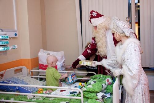 Ну а к тем, кому из палаты выходить нельзя, Дед Мороз и Снегурочка приходят сами