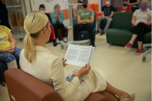 Елена читает рассказ детям