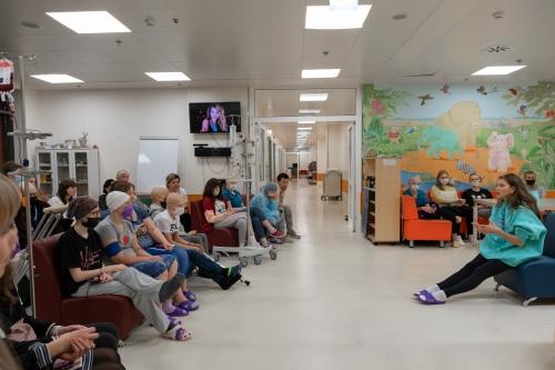 Увидеть Регину пришли дети, родители и врачи