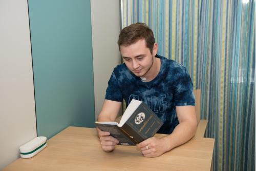 А пока молодой человек будет читать книги, учить английский и разбираться с экономикой