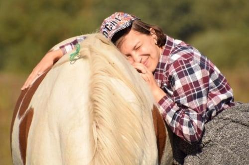 Обниматься с любимой лошадью