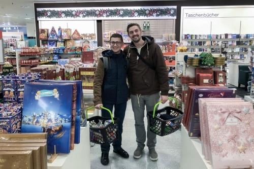 Тимо помогает Ахмеду покупать подарки