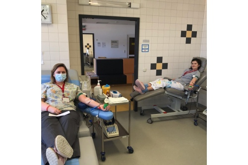 Когда не хватает доноров, сдавать кровь идут сотрудники фонда
