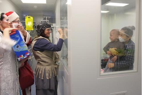 Дед Мороз и его компания не могут оставить без внимания детей, которые проходят через пересадку костного мозга. Правда, общаться можно только через стекло