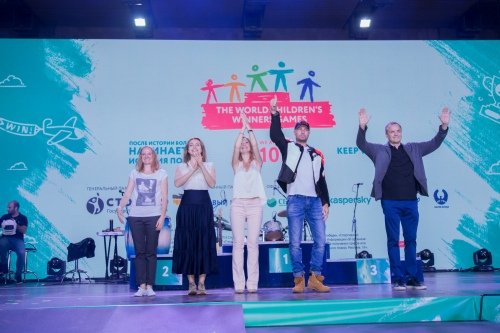 Медали футболистам вручали: Роман Костомаров, Екатерина Гусева, Елена Захарова и Андрей Соколов, а также Светлана Феофанова