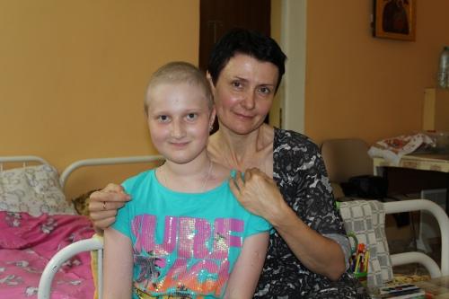 Ульяна во время лечения и Марина Боброва, координатор фонда в МООД