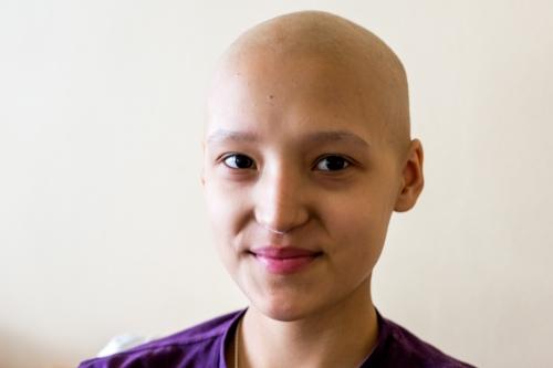 Когда волосы начали выпадать, папа отвел Кристину в парикмахерскую. Там их сбрили полностью. Девочка не плакала.