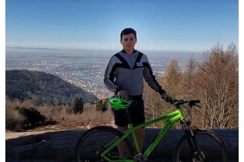 Володя на горном велосипеде